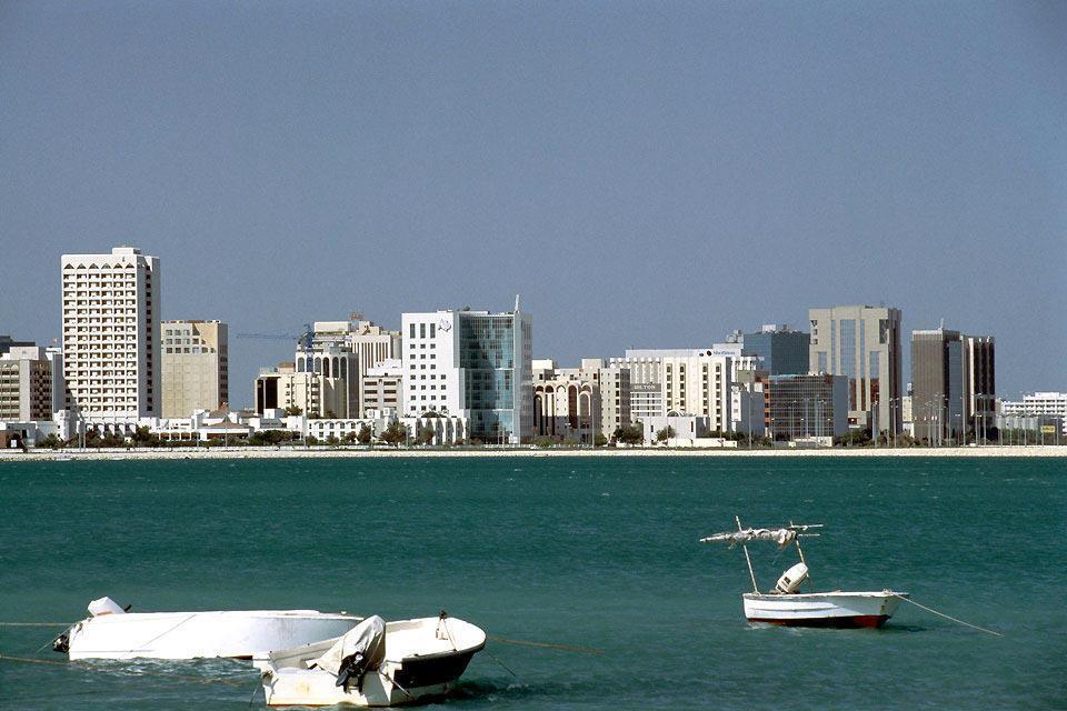 """""""Muchos de los turistas solo conocen Bahréin por el circuito del Gran Premio de Fórmula 1 y pocos lo saben situar en el mapa. Y sin embargo, este pequeño reino (40 km de largo por 15 km de ancho) constituido por 36 islas en el golfo Pérsico y comunicado por un puente de 25 km con Arabia Saudí tiene mucho que ofrecer. No hay duda de que Bahréin es un destino de negocios, pero también es un paraíso de ..."""