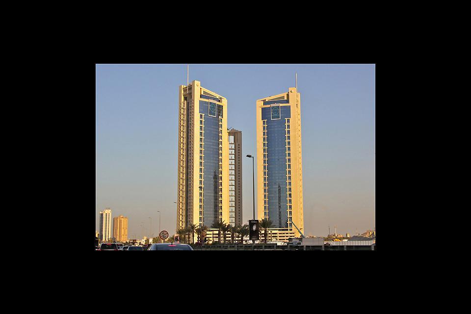 Le due torri gemelle del World Trade Center raggiungono un'altezza di 240 m.