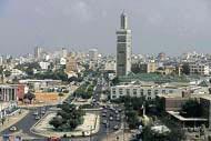 Tagsüber und auch nachts herrscht in den Straßen von Dakar pulsierendes Leben.