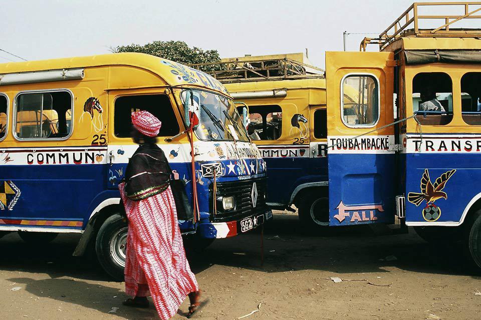 Lorsqu'on arrive la première fois au Sénégal, on pense toujours à foncer à l'autre bout du pays pour y chercher « l'authentique ». Avant de vous ruer sur les plages de la Petite Côte ou de partir en brousse en Casamance, faites une halte dans la capitale. Dakar est une cité très agréable à vivre et à visiter. Chaque quartier a son charme, son ambiance. Se balader à pied ou flâner en taxi est un véritable ...