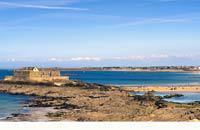 Si sa proche voisine, Saint-Malo, est connue dans le monde entier pour ses turbulents corsaires et aventuriers des mers, l'histoire de Dinard se révèle beaucoup moins agitée, même si, à partir du milieu du 19e siècle, un certain grain de folie envahit ce village. Rien ne laissait présager, vers 1820, que Dinard, petit village de pêcheur rattaché au bourg de Saint-Enogat, deviendrait, en l'espace de ...