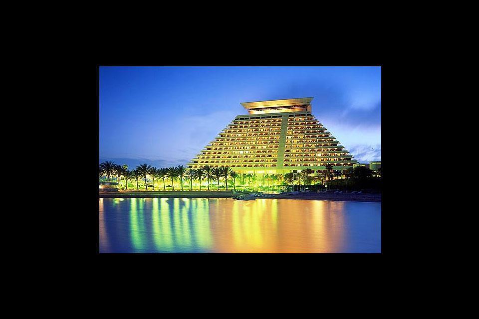 L'imposant hôtel Sheraton au premier plan éclipserait presque la beauté et la richesse culturelle de la capitale du Qatar.