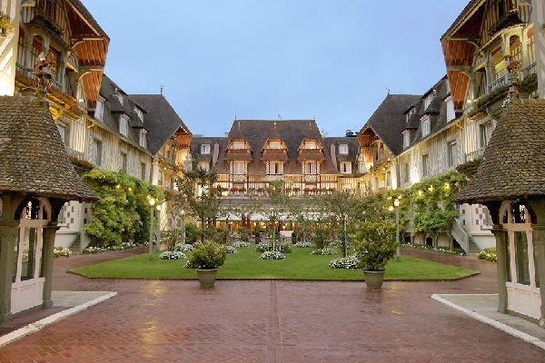 À deux heures de Paris cet hôtel en colombages typiques propose des chambres de 200 à 450 euros.