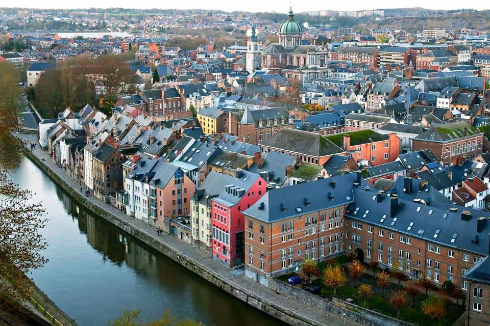 Muy cerca de Francia, Namur bien merece una visita, como se advierte nada más cruzar su precioso puente. La fortaleza situada sobre el promontorio de Champeau domina la ciudad. A ella se llega por la evocadora «Route Merveilleuse», la carretera maravillosa. Este bastión, construido entre finales del s.XV y el s.XVI, es un paradigma de la arquitectura defensiva. En el centro ...
