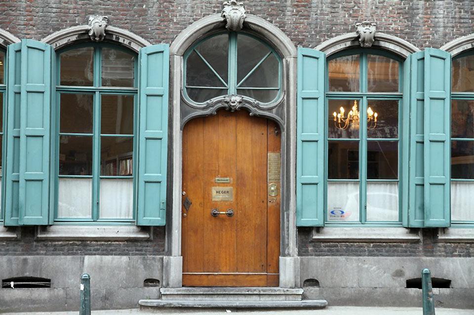 Los postigos de colores de Namur alegran las fachadas de las casas.