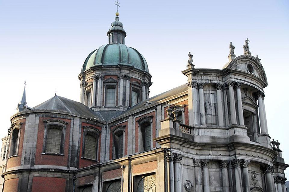 Esta catedral es única en toda Bélgica. Es típica de mediados del siglo XVIII y combina el estilo barroco, rococó y clásico.
