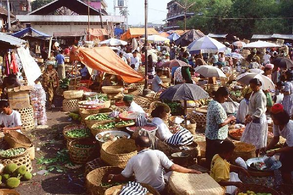 With everything from Batik products to wicker furniture and sculptures for sale, the pasar is a major part of local life.