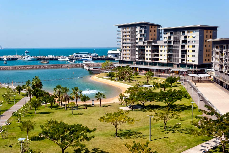 Darwin, the southernmost city in the country, is characterised by a multi-ethnic and relaxed atmosphere. Darwin is by a port that is twice as big as Sydney's, and is surrounded by exceptional parks for the observation of animals: Darwin Crocodile farm, Territory Wildlife Park, crocodylus Park. Have an exotic dish at the evening market of Mindil Beach or in one of the several restaurants of the Cullen ...