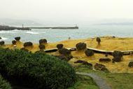 Questo villaggio di pescatori è famoso per le sue formazioni rocciose originali provocate dall'erosione del vento e del mare.