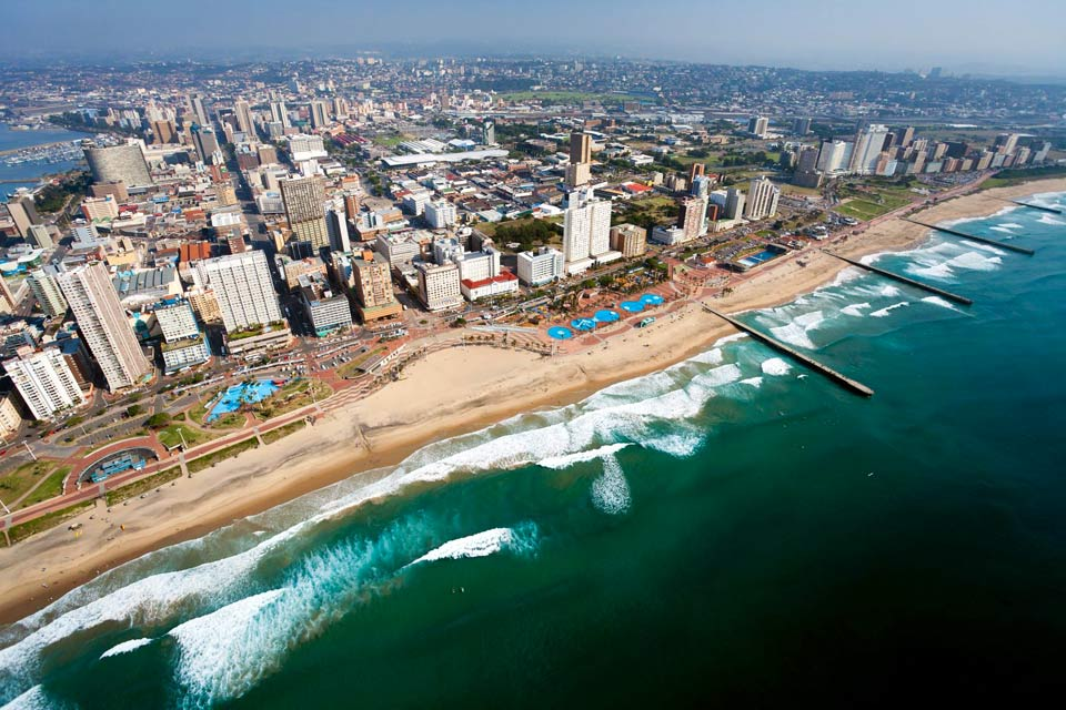 Durban's major interest lies in its beautiful waterfront, bordered with long docks and situated very close to the busy quarter of Golden Miles (that can be also looked around by riding one of the numerous rickshaws pulled by Indians or Zulus). Other sightseeing glimpses of this very active city: pleasant suburban sea-side resorts (Umhlanga) and an important Indian community (the Victoria marketplace ...