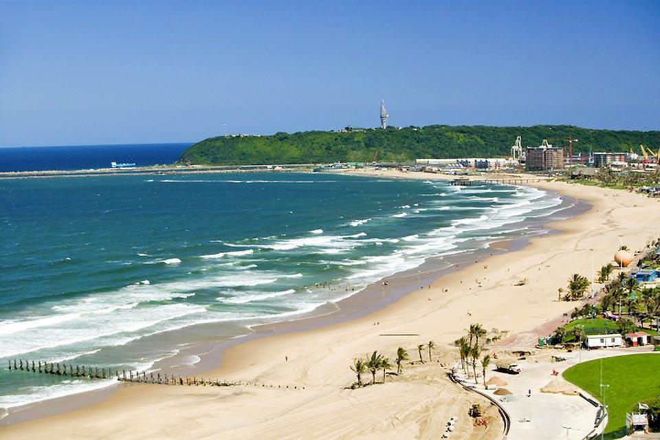 Durban city centre lies right next to the Indian Ocean. Despite the prevailing very high level of insecurity, it remains a favourite seaside resort among tourists.