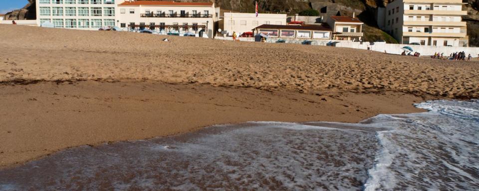 Afrique; Bénin; Porto-Novo; ville; plage; sable; montagne; bâtiment;