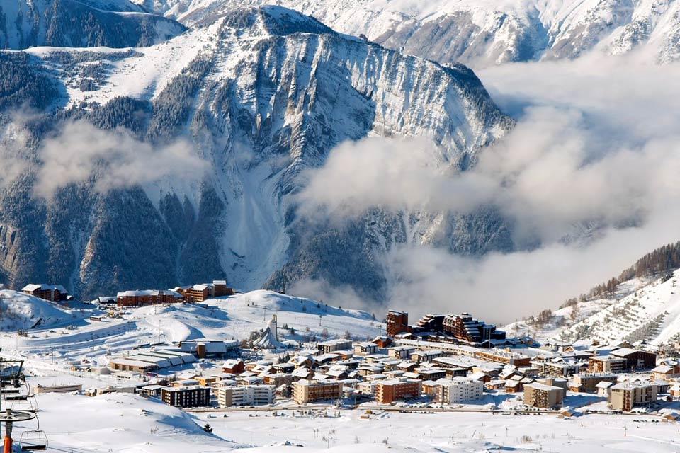 En quelques décénnies, la station de ski des Deux Alpes a considérablement évolué. D'une petite bourgade montagnarde, la ville a rapidement attiré l'attention des Français et Italiens adeptes de ski. Après la construction d'une seconde partie, les Deux Alpes 1800, la station s'est imposée comme l'un des spots de référence pour les amateurs de glisse. Contrairement aux autres villages d'altitude, l'endroit ...