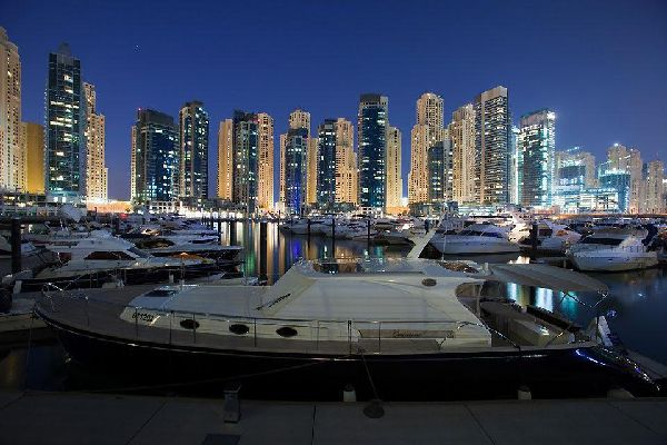 Drei Palmeninseln, eine Marina, eine Fläche von 10 km Größe, der größte Wolkenkratzer in Bau, ein neuer Flughafen bis Ende 2007, Türme mit 50 Etagen, die die ersten Zwergen-Hotels entlang des Strandes von Jumeirah haben verschwinden lassen... Dubai erschafft sich jeden Tag aufs Neue, eine Stadt, von der man sich schon nicht mehr wundert, dass sie (was den modernen Teil angeht) erst zu Beginn der 90iger ...