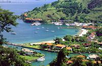 Situata 170 km a sud di Rio, la baia di Angra dos Reis conta addirittura 365 isole! Un luogo magico sparso di montagne ricoperte dalla giungla, l'ideale per magnifiche escursioni, ma anche per praticare immersioni subacquee. Sotto la superficie delle acque scoprirete vecchi relitti, galeoni affondati o navi dei pirati, e nuoterete in compagnia delle tartarughe di mare. In questa zona del Brasile i ...