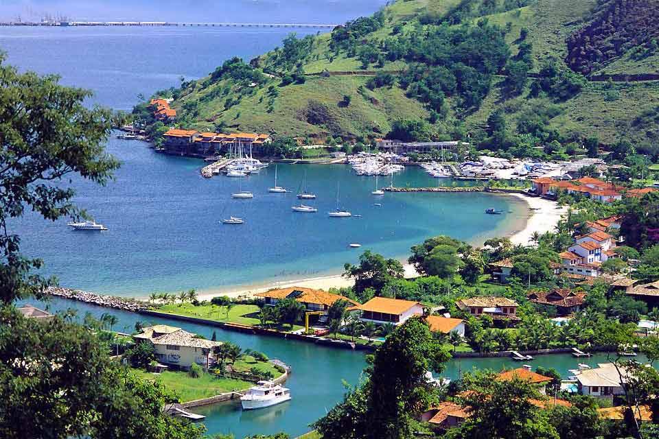 Située à 170 km au sud de Rio, la baie d'Angra dos Reis compte 365 îles ! Un lieu magique parsemé de montagnes recouvertes de jungle propice à de belles randonnées, mais aussi à la plongée sous-marine. L'occasion d'admirer les épaves des galions engloutis et autres bateaux de pirate, et de nager avec des tortues de mer. Cet endroit du Brésil évoque les Seychelles avec ses nombreux rochers de granit ...