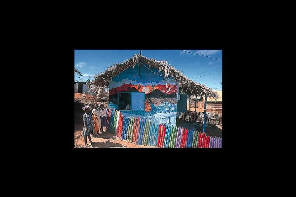 Moins peuplée que Mamoudzou, Dzaoudzi a néanmoins une densité de population supérieure qui en font un microcosme intéressant.