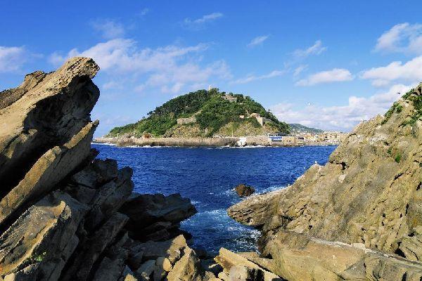 L'isola possiede una spiaggetta spesso utilizzata nel periodo estivo. La si può raggiungere in barca o a nuoto; con la bassa marea, 500 metri separano l'isola dalla spiaggia di Ondarrieta.