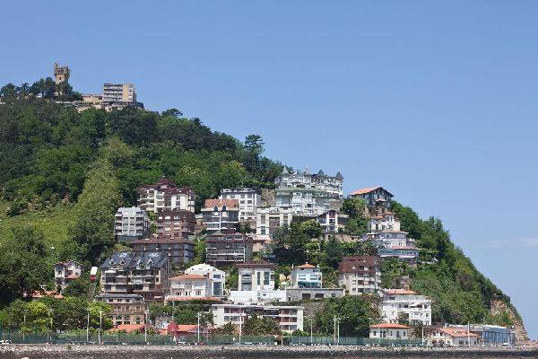 Le colline sono disseminate di case.