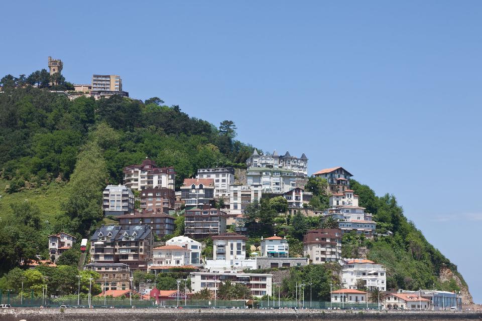 Più che un quartiere, Igueldo è uno dei tre monti di San Sebastiàn. Situato nella parte occidentale della città, possiede un piccolo centro urbano e una vasta zona residenziale.