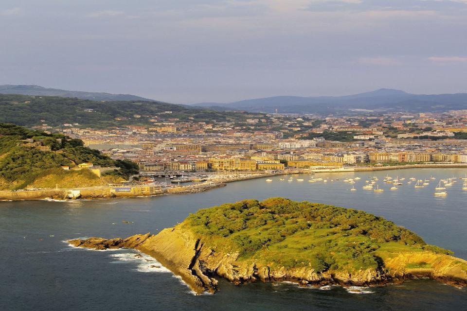 La città di San Sebastiàn si sviluppa alla foce del fiume Urumea, intorno ad una baia dominata dai monti Urgull, Igeldo e Ullia, e in parte delimitata dall'isola di Santa Clara.