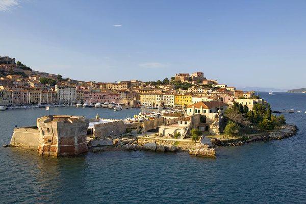 Elba liegt vor der Küste von Maremma und ist die bekannteste Insel des toskanischen Archipels. Diese Insel liegt in strategisch günstiger Lage an den ehemaligen Seestraßen des Mittelmeerraumes und ist mit den etruskischen Ursprüngen von Italien verwurzelt. Etwas später im 8. Jahrhundert war die Insel in die abenteuerlichen Exkursionen von Piraten, Osmanen, Normannen und Griechen verwickelt. Darauf ...
