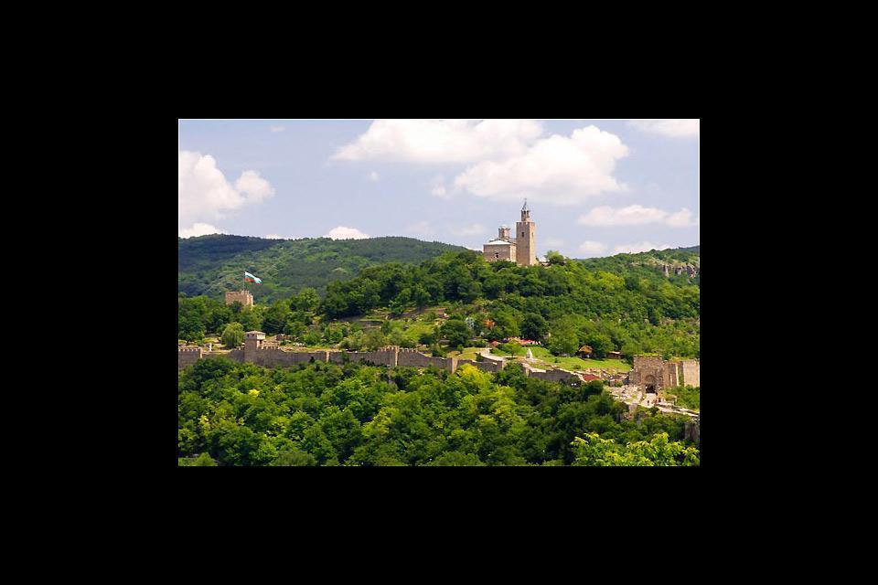 Die Burg von Veliko Tarnovo liegt auf einem bewaldeten Berg