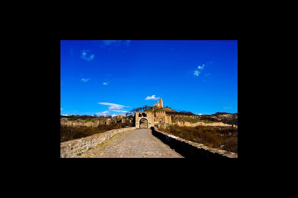 Von der Straße die zur Burg von Veliko Tarnovo führt, hat man einen schönen Blick auf die Landschaft