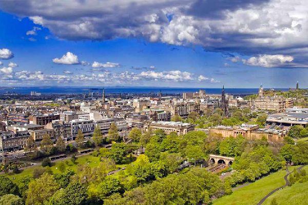 Édimbourg, que l'on surnomme l'Athènes du Nord, est la plus belle ville d'Écosse, alliant l'ancien et le contemporain dans une atmosphère écossaise unique, où les palais médiévaux côtoient de superbes bâtiments modernes. La vieille ville constitue le cœur médiéval d'Édimbourg. C'est ici que se trouvent les principaux sites historiques, notamment le château d'Édimbourg, symbole de la ville où est conservée ...