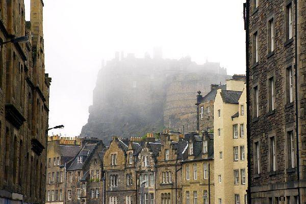 La ville s'est trouvée au cœur des Lumières écossaises. 25personnalités peuvent être vues dans les rues de la ville, parmi lesquelles de célèbres Écossais tels que David Hume.