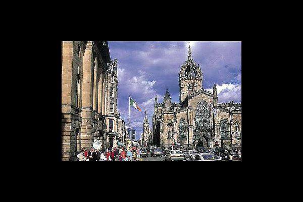 Édimbourg attire près d'1million de visiteurs par an venus d'outre-mer, ce qui en fait la seconde destination touristique la plus visitée du Royaume-Uni après Londres.