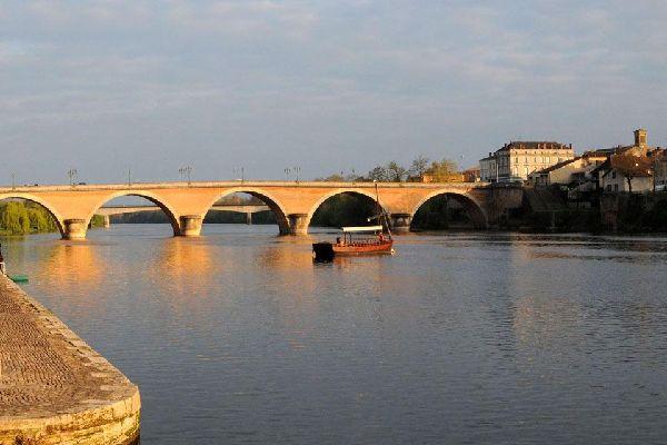 Bergerac est située dans le Périgord Pourpre en Aquitaine, qui représente souvent la Porte d'entrée du Périgord, et voit donc un grand nombre de visiteurs y faire halte. La région est riche de particularités régionales et offre des paysages et un patrimoine historique remarquables. Bergerac allie ainsi tourisme culturel, gastronomique et viticole. Ancienne cité médiévale, Bergerac offre aujourd'hui ...