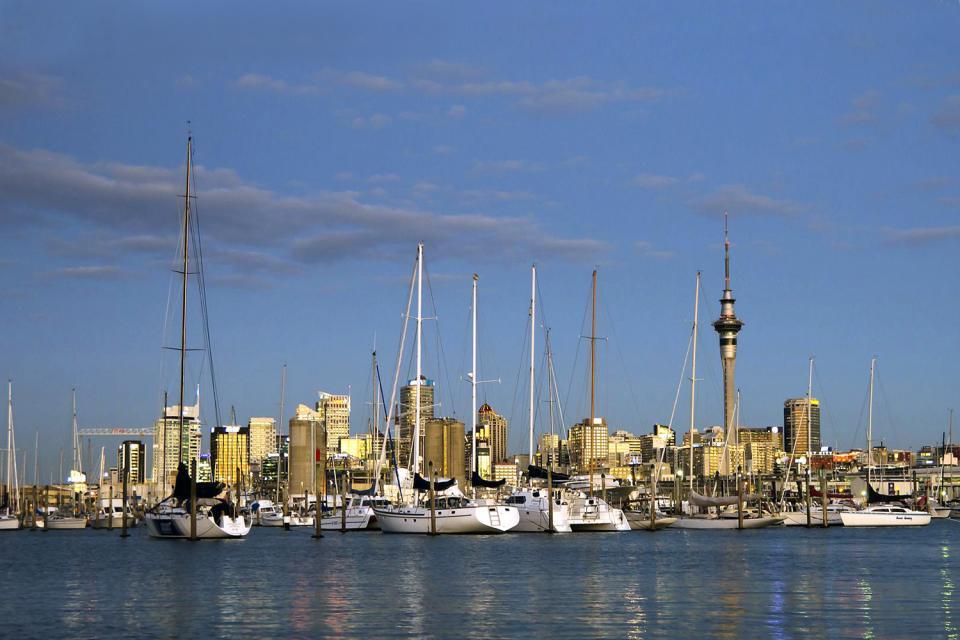 Um sich leicht nach Reise nach Auckland zu orientieren, suchen Sie die Queen Street. Es ist die Hauptstraße der Stadt. Von dort aus gehen Sie in das Parnell-Viertel mit den wunderschönen viktorianischen Häusern. Gehen Sie dann in den Cornwall Park und klettern auf den Gipfel des One Tree Hill, um die Stadt zu überblicken. Sie können auch eine Mini-Kreuzfahrt im Golf von Hauraki machen, um die Inseln ...