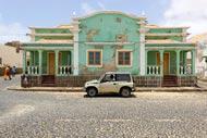 Aunque los edificios conserven los vistosos colores típicos de Cabo Verde, su estado no es del todo agradable a la vista.