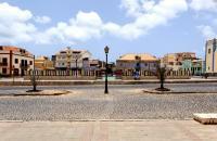 A primera vista, la capital de Boa Vista no tiene nada de atractivo. Las carreteras polvorientas, rodeadas de pequeños edificios, conducen a una larga plaza rectangular que es el centro neurálgico de la isla. No obstante, entre esta plaza y el puerto, las callejuelas tienen mucho encanto. Al doblar la esquina, llegarás junto a los barcos pesqueros que remontan hasta la playa. En ella verás algunas ...