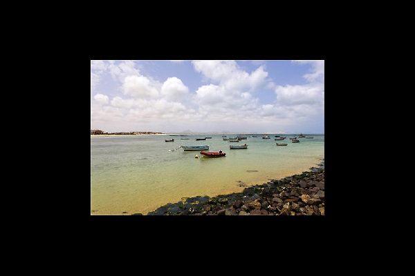Junto a una bahía resguardada por la isla que lleva su nombre, la ciudad de Sal Rei es, ante todo, un puerto comercial y pesquero.