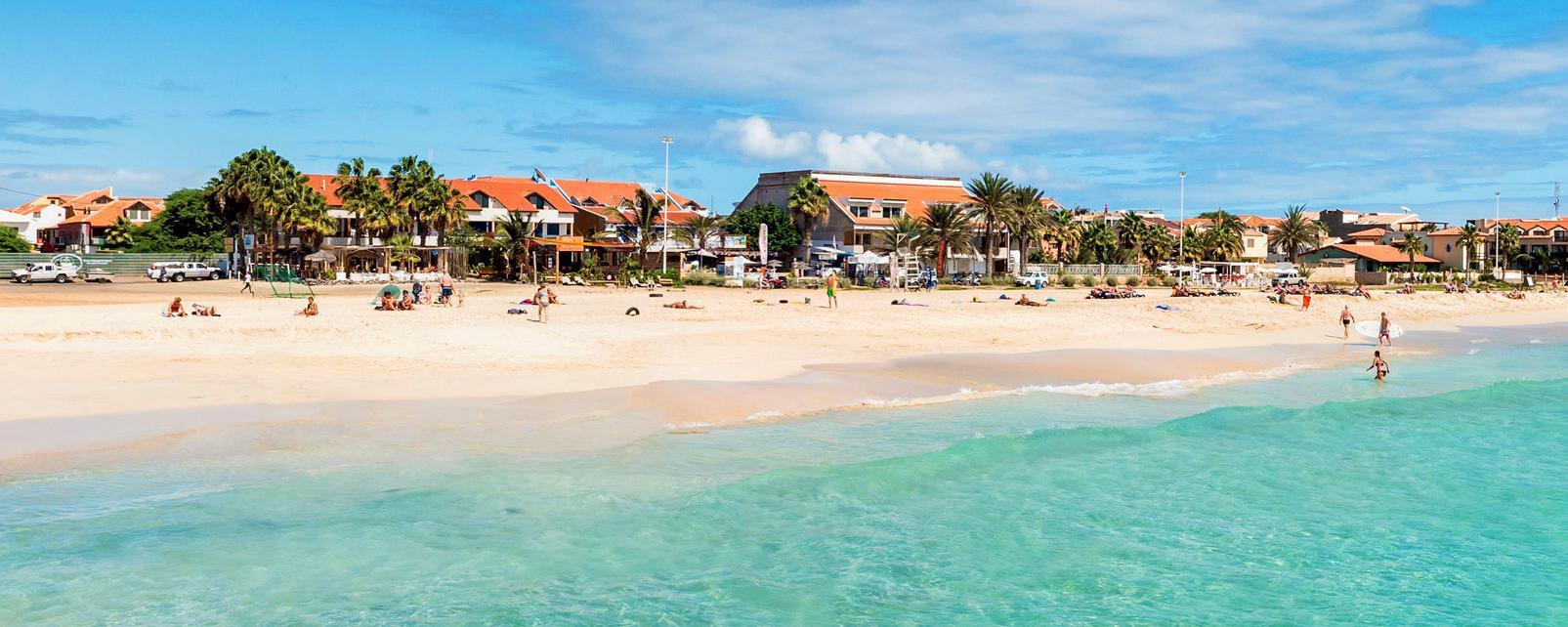 Afrique; Cap-Vert; Santa Maria; plage; baignade; mer; sable; ville; maison;