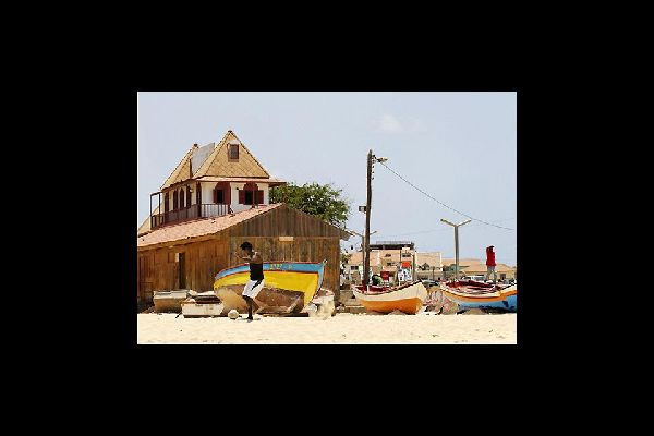 Tagsüber findet das Hauptgeschehen von Santa Maria an den Stränden statt. Hier trifft man dann auf zahlreiche Fischer und fußballspielende Strandbesucher.