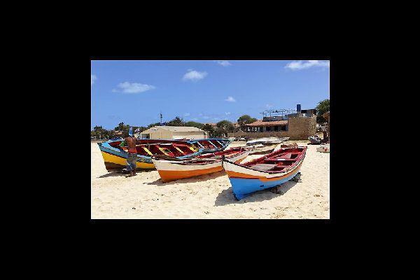 Die kunterbunten Fischerboote zählen ebenfalls zu den Touristenattraktionen von Santa Maria.
