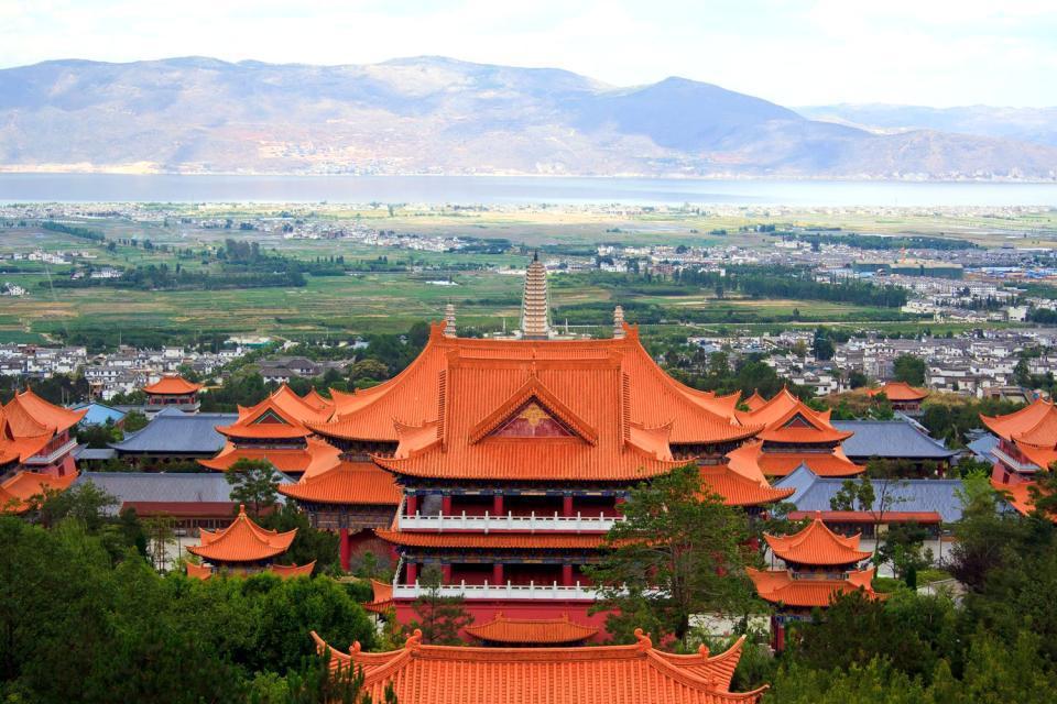 A 400 kilomètres de Kunming, la ville de Dali, dans la province du Yunnan, est une bonne base pour une excursion parmi les paysages impressionnants des monts Cangshan. La Vieille Ville avec les maisons traditionnelles des ethnies bali, et les portails évocateurs, est aisément accessible à pieds. On conseille également de visiter les Trois Pagodes (Dali Santa) de la dynastie Tang, situées à environ ...