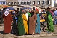 les femmes aiment se retrouver au marché pour bavarder et acheter épices, fruits légumes ou poissons