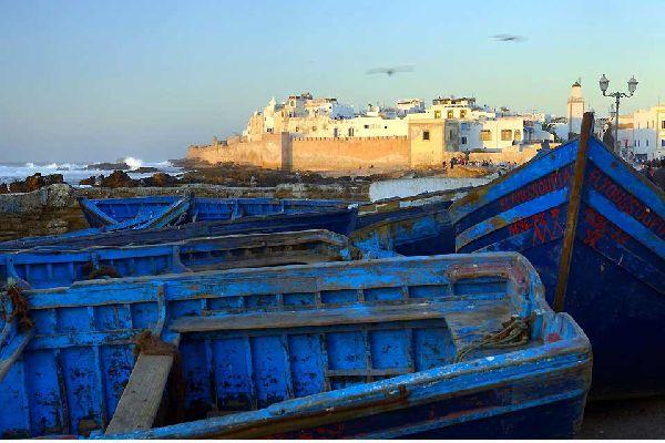 Situata su una penisola di fronte all'Oceano Atlantico, Essaouira sorprende i viaggiatori. In primo luogo, per l'architettura. L'ocra rosata delle mura contrasta, infatti, con il bianco delle abitazioni, le cui porte e persiane azzurre richiamano le isole della Grecia. Le strade perfettamente rettilinee, realizzate nel XVII secolo dal francese Théodore Cornut, rendono questa città un esempio urbanistico ...