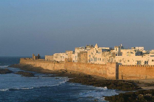 Bella e maestosa, Essaouira ha sempre affascinato i turisti. I suoi baluardi color miele non cessano di sprigionare il loro fascino.