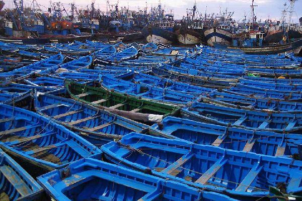 Questo porto dedicato alla pesca tradizionale è tutto dipinto di blu, poiché si pensa che questo colore riesca ad ingannare le sardine.