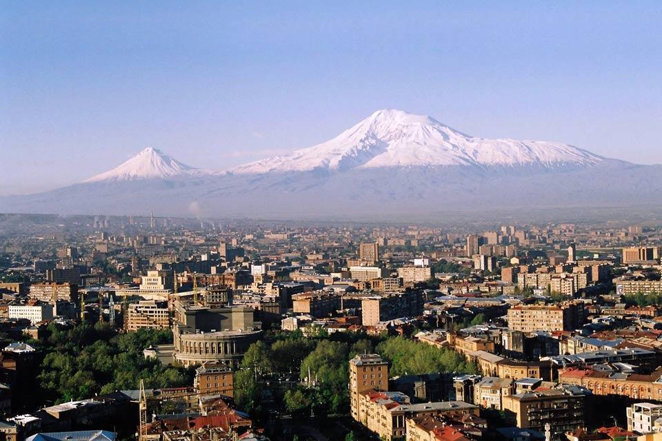 Erevan est une très vieille ville, située non loin du célèbre mont Ararat, dont le sommet coiffé de neiges éternelles offre un panorama absolument prodigieux. Les premières fondations remontent à 2 800 ans avant JC. Aujourd'hui, elle conserve surtout un style architectural spartiate, hérité de l'époque soviétique des années 1930. Il faut donc rentrer dans les musées et monuments pour en apprécier la ...