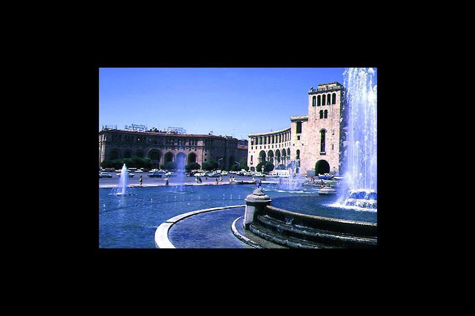 La place, décorée de fontaines et entourée de bâtiments de style soviétique avec des influences arméniennes, est le cœur de la capitale.