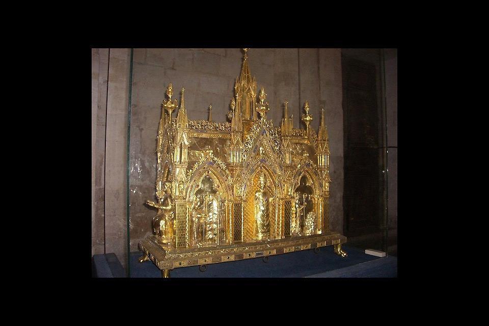 La città conobbe il suo apogeo nel Medievo. È appartenuta al re inglese Enrico VI durante la Guerra dei Cento Anni.