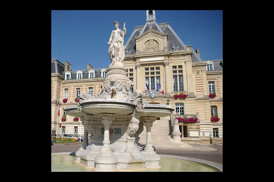 Il municipio si trova al n. 1 di piazza du Général de Gaulle ed è aperto dal lunedì al venerdì dalle 8:30 alle 17:00