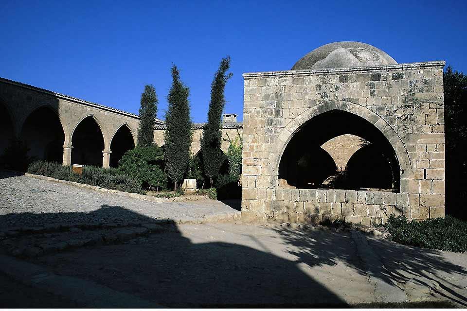 A l'origine, petit village de l'Est de Chypre parmi d'autres, Agia Napa est devenue LA station touristique de l'île. Après la division du pays en 1974, l'accès à la célèbre station de Famagouste, toute proche, a été fermé. Le village côtier a d'abord accueilli des habitants de Nicosie en week-end pour ensuite devenir petit à petit une ville touristique à part entière qui a fini par déborder sur Protaras ...