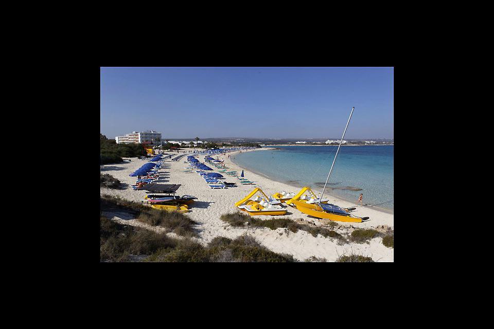 Bella quanto quella di Nissi, la spiaggia di Makronisos si rivela molto più tranquilla.